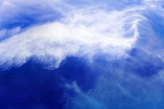Wolkenvorming, achtergrond met blauwe hemel en cirruswolken Cirrusfibratus, cirruswolken in Latijnse taal Hogere atmosfeer, t royalty-vrije stock foto's