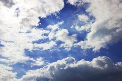 Wolkenvorming, achtergrond met blauwe hemel en cirruswolken Cirrusfibratus, cirruswolken in Latijnse taal Hogere atmosfeer, t stock fotografie