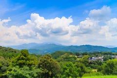 Wolkenvorming met bergmening Stock Foto