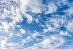 Wolkenvormingen op een blauwe winderige hemel Royalty-vrije Stock Foto