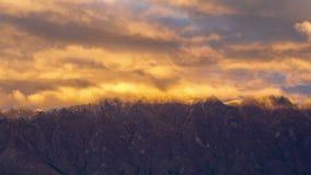 WolkenZeitspanne beim doppelten Kegel und beim Remarkables, Queenstown, Neuseeland stock video