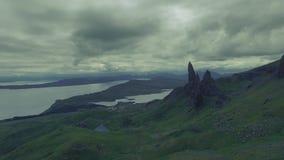Wolkiges Wetter im Bergalten Mann von Storr, Schottland stock footage
