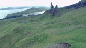 Wolkiges Wetter im Bergalten Mann von Storr, Schottland stock video