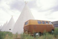 Wolkswagena autobus parkujący obok cofać się teepees w NM Zdjęcia Royalty Free