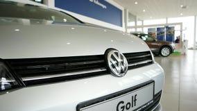 Wolkswagena golfowy logo wyszczególniał widok, nowy samochód wśrodku samochodowej sala wystawowej, frontowy zderzak z stalowym lo zdjęcie wideo