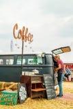Wolkswagena transporteru kawa i jedzenie przewozimy samochodem na kraju jarmarku Zdjęcia Stock
