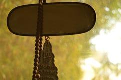 Wolkswagena tylni widoku lustro z modlenie koralikami Fotografia Royalty Free