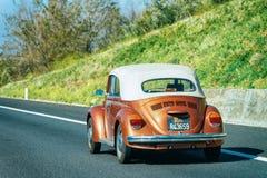 Wolkswagena VW ścigi kabrioletu Odwracalny samochód na drodze w Włochy obraz stock