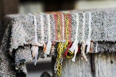Wolldecke-Teppich auf einer Bank stockfotos