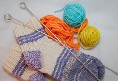 Wolle, Socken und Stricknadeln Stockfoto