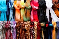 Wolle- und Seideschals auf Verkauf Lizenzfreie Stockfotografie
