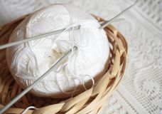 Wollen bal voor het breien in de uitstekende rieten mand royalty-vrije stock foto's