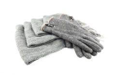 Wollen die sjaal en handschoenen op witte achtergrond wordt geïsoleerd Royalty-vrije Stock Afbeelding