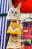 Wollen dierlijke hoeden bij Kerstmismarktkraam van Riga Stock Foto