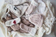 Wollen lichtblauwe sjaal, handschoenen en hoed over wit Royalty-vrije Stock Afbeeldingen