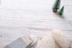 Wollen wit garen, twee stuk speelgoed gestript Kerstmisbomen en wit sokcs royalty-vrije stock foto's
