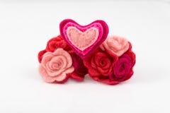Wollherz mit den rosa und roten Blumen auf Weiß Stockfoto