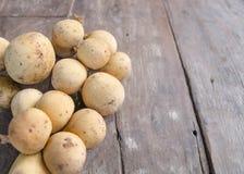 Wollongong-Frucht auf einem alten hölzernen Hintergrund Stockbild