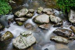 Wolna żaluzi prędkość zatoczka Przez skał Zdjęcie Stock