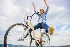 Wolność i zachwyt Kobieta czuje swobodnie podczas gdy cieszy się jeździć na rowerze Najwięcej zadowalającej formy jaźń transport  obrazy stock