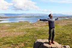 Wolność mężczyzna w naturze na Iceland szczęśliwym Zdjęcie Royalty Free