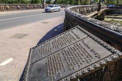 Wolność most, brązowi poręcze, lampiony Fotografia Stock