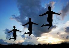 Wolności i przyjemności pojęcie - Szczęśliwy damy doskakiwanie, tanczy z zdjęcia stock