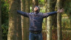 Wolności młoda męska pozycja w miasto parka rękach podnosić emocjonalnie, świadomość sukces głośno krzyczący zbiory wideo