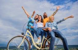 Wolności miastowy dojeżdżać do pracy Firm eleganccy młodzi ludzie wydają czasu wolnego nieba tło outdoors Bicykl jako część życia zdjęcie royalty free