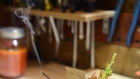 Wolny chodzenie dymu taniec na sklepowym stole zbiory