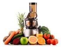 Wolny juicer z organicznie owoc i warzywo na bielu obrazy royalty free