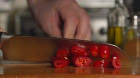 WOLNY: Kucharza ręka ciie chili pieprzu nożem zdjęcie wideo