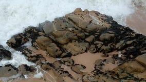 Wolny poruszający powietrzny trutnia strzał nad skałami z falami rozbija na plaży w Portugalia zbiory