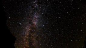 Wolny upływ meteorowej prysznic perseids w poruszającej drodze mlecznej przez nocne niebo zbiory