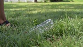 Wolontariusz czyści śmieci parka publicznie Kobiety ręka podnosi w górę plastikowej butelki od trawy, zanieczyszczenie środowiska zdjęcie wideo