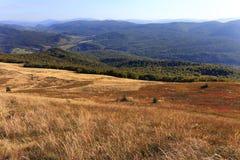 Wolosatka dal och Uzanski nationalpark i Bieszczady berg i Polen Royaltyfria Foton