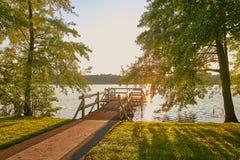 Wolsztyn, POLONIA - embarcadero en un lugar pintoresco en la orilla del lago Imágenes de archivo libres de regalías