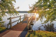 Wolsztyn, POLONIA - embarcadero en un lugar pintoresco en la orilla del lago Imagenes de archivo
