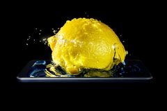 Wolumetryczna fotografia cytryny zakończenie w pluśnięciach woda i światło słoneczne spada w wodę w smartphone odizolowywającym n obrazy stock