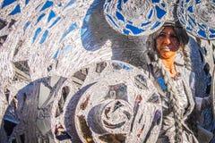 Wom在精心制作的银色服装穿戴了在威尼斯狂欢节 免版税图库摄影