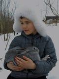 Wom sonriente del frío de la nieve del niño del invierno de la diversión de los jóvenes del bebé del niño de la cara de la bellez Foto de archivo