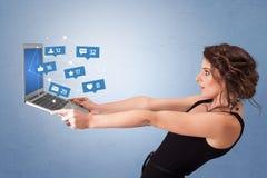 Woma有社会媒介通知的藏品膝上型计算机 免版税库存照片