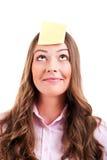 Woma joven con la nota pegajosa amarilla Fotografía de archivo