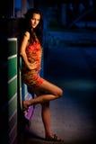 Woma joven en una calle en la oscuridad Imágenes de archivo libres de regalías
