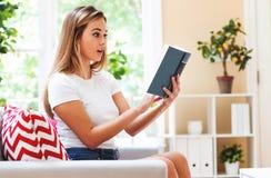 Woma joven que lee un libro Imágenes de archivo libres de regalías