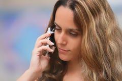 Womam auf einem Handy Lizenzfreie Stockfotos
