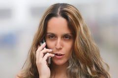 Womam em um telefone móvel imagem de stock
