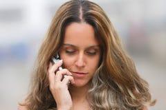Womam en un teléfono móvil Foto de archivo libre de regalías