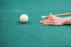 Woman's händer på en billiardtabell Royaltyfria Foton