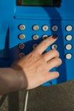 Woman's hand som ringer en telefon Royaltyfri Bild